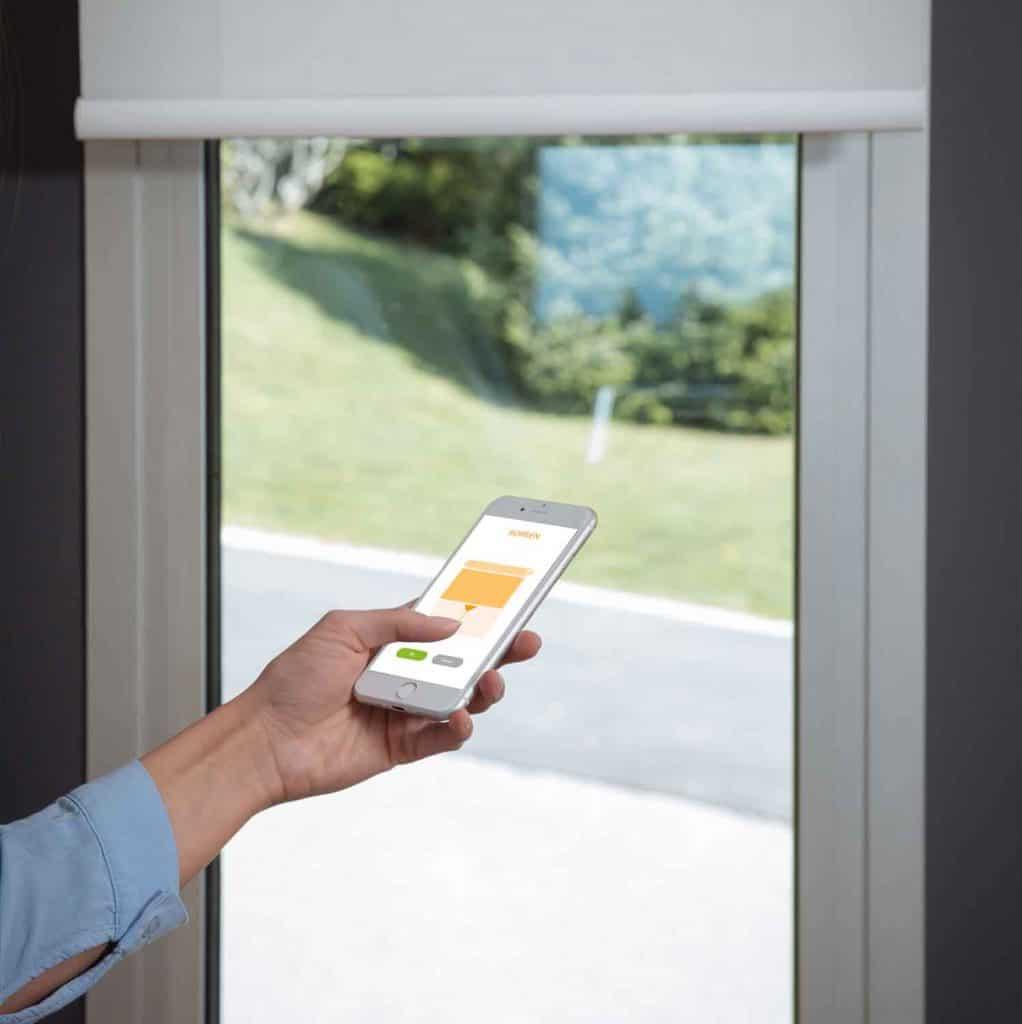 Elektrische raamdecoratie via smartphone
